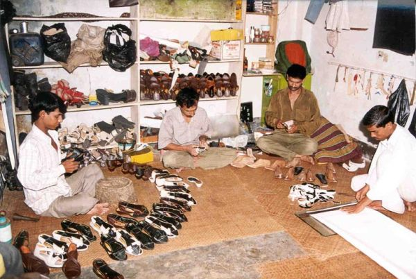British shoes - Outworker shoemakers in Bangladesh still work in the same way English Shoemakers did in the 17th Century